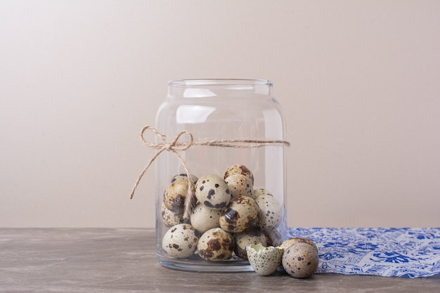 大理石のガラス瓶にウズラの卵。