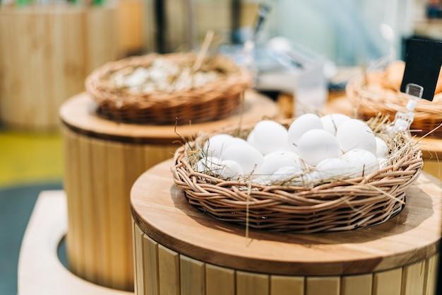 Перепелиные яйца в птичьем гнезде, здоровые органические продукты