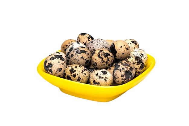 흰색 바탕에 그릇에 메추라기 달걀