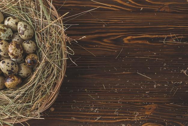 Перепелиные яйца в гнезде на столе