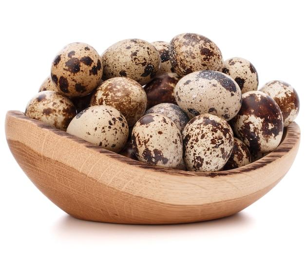 흰색 배경 컷 아웃에 고립 된 나무 그릇에 메 추 라 기 달걀