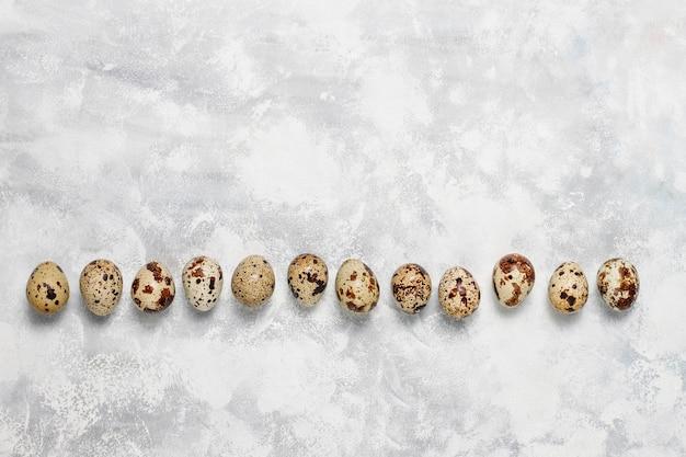Перепелиные яйца на бело-сером бетоне