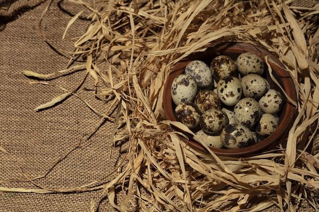 Яйца триперсток на деревянной тарелке на темном старом деревянном фоне.