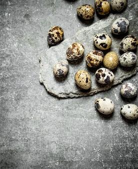 石のテーブルの上のウズラの卵。
