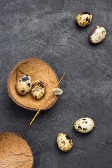 테이블에 메추라기 알. 코코넛 껍질에 계란 두 개. 평평하다. 공간 복사