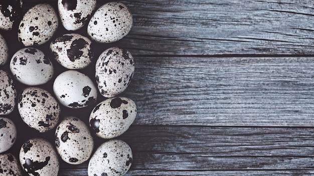 Перепелиные яйца на деревянных фоне, копией пространства