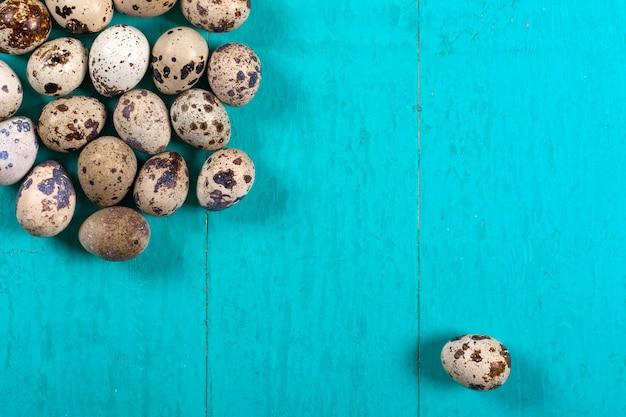 木製の背景にウズラの卵