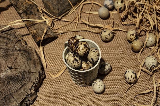 Яйца триперсток над темным старым деревянным фоном.