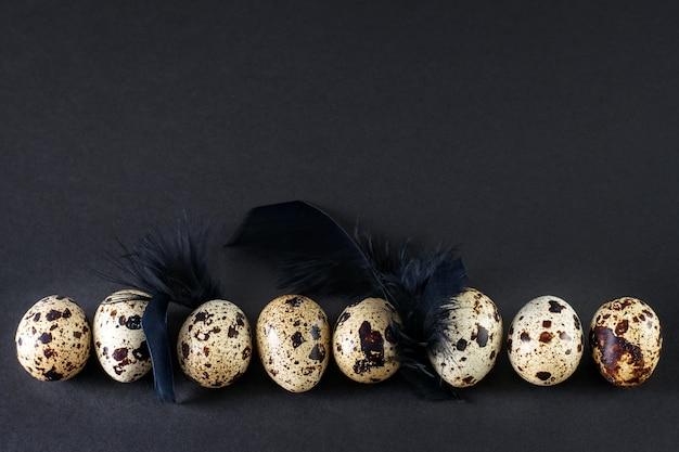 검은 깃털을 가진 메추라기 달걀