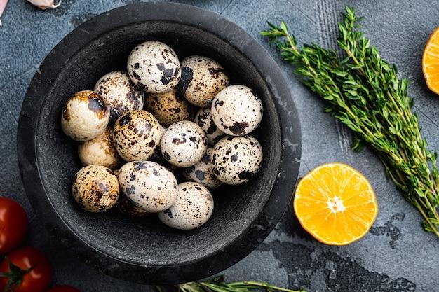 Перепелиные яйца, плоская кладка, на сером столе
