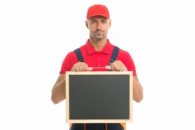 Квалифицированный ремонтник предлагает свои услуги мужчина-работник в кепке, держащей доску для копирования.