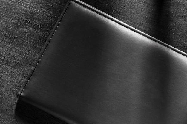 Materiale in pelle nera di qualità su sfondo scuro
