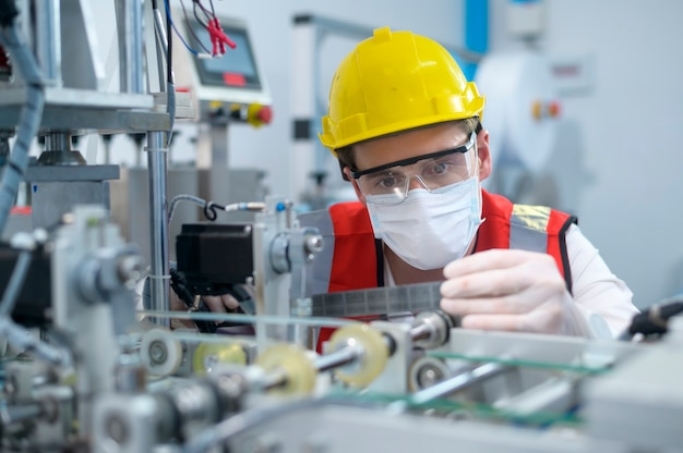 Инженер по контролю качества (qc) контролирует и проверяет систему машин на заводе-изготовителе