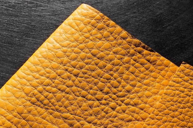 Materiale in pelle gialla di qualità su sfondo nero