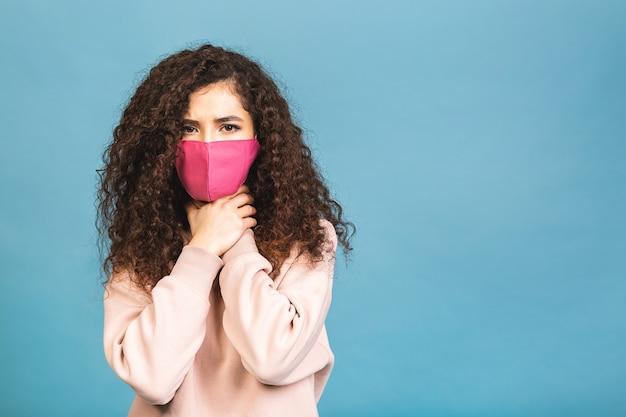 Концепция карантина. портрет крупным планом, она красивая, привлекательная, милая, очаровательная, обаятельная, девушка, носящая рубашку, защиту от гриппа, простудную маску для лица