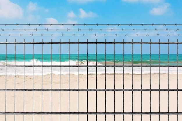 신종 코로나바이러스 covid-19 2019 n-cov 개념으로 인한 검역. 모래 바다 해변 극단적인 근접 촬영 앞 철조망과 금속 울타리. 3d 렌더링