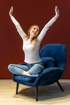 Карантинная девушка оптимистично настроена в гостиной