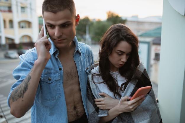 Карантинная изоляция остается дома концепция молодая красивая кавказская пара