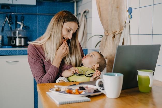 私の時間と家族の時間のバランスをとる忙しいお母さんと一緒にオンラインで働く検疫自己隔離