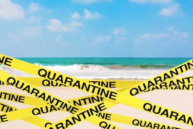 Карантинные полоски желтой ленты закрывают зону океана или пляжа с морским песком на белом фоне. 3d рендеринг