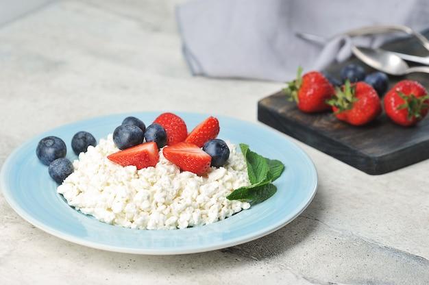 Кварк и ягоды - черника, клубника и мята с творогом