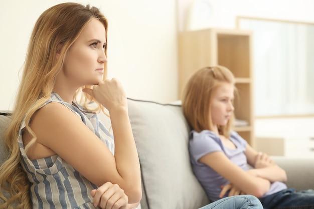 家で喧嘩した母と娘