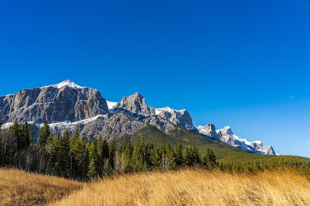 Парк карьер-лейк поздней осенью. снежный покров горы рандл на заднем плане.