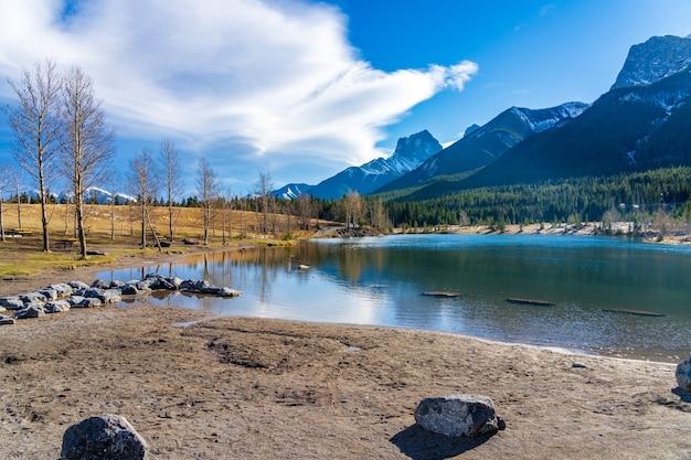 Парк озера карьер на берегу озера поздней осенью