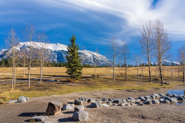 Парк карьер-лейк. снежный грот грот с голубым небом на заднем плане.