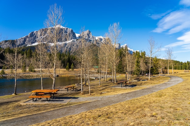 Парк карьер-лейк. снежный покров горы mount rundle с голубым небом на заднем плане.