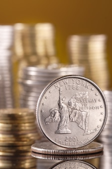 Четверть доллара на стеклянном столе