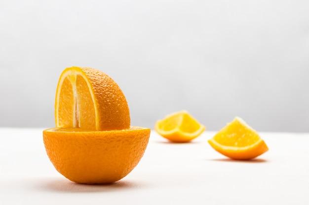 오렌지의 절반에 오렌지의 1/4. 테이블에 두 오렌지 슬라이스입니다. 확대. 공간 복사