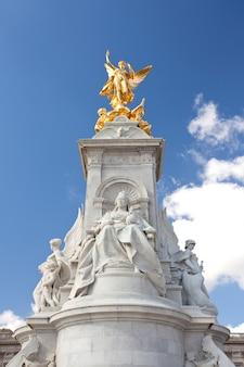 Queen victoria memorial statue at buckingham palace