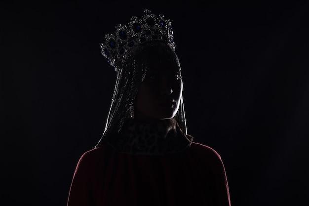 Королева с короной студийный портрет на черном фоне