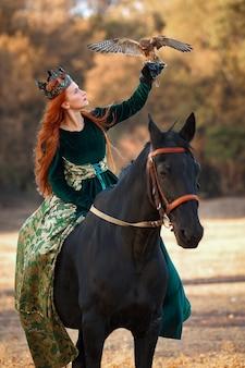 緑のドレスと馬と鳥と王冠の赤い髪の女王