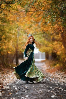 森の王冠と緑のドレスを着た赤い髪の女王