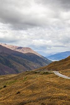 퀸스 타운 지역 뉴질랜드 남섬의 언덕과 산봉우리 사이의 길