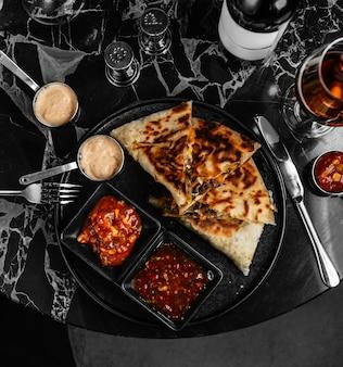 カリカリのピタパンとクリームチーズの千切りのケサディーヤ肉