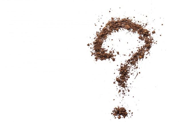 分離された白地に茶色の土で作られた疑問符のアルファベット。高いシャープさとディテール。