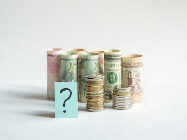 물음표와 돈. 전염병과 개념의 경제 위기