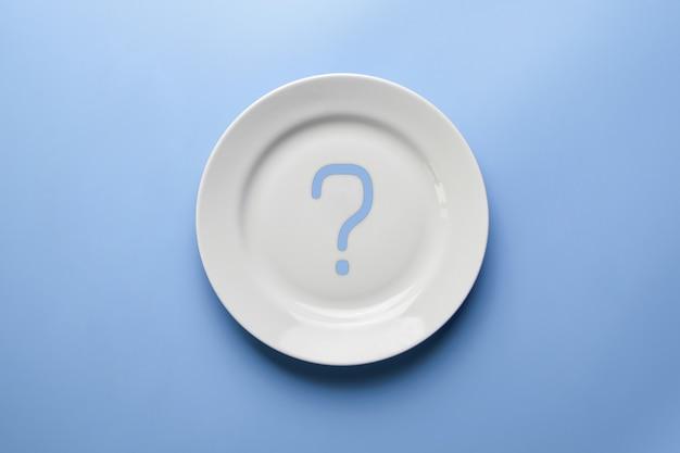 Вопросительный знак на пустой тарелке