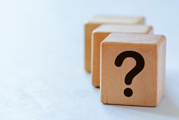 Вопросительный знак на маленьких деревянных кубиках