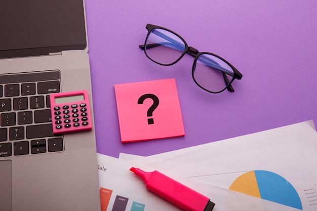 オフィスデスクの付箋紙にクエスチョンマーク。 faqの概念。クライアントとの協力