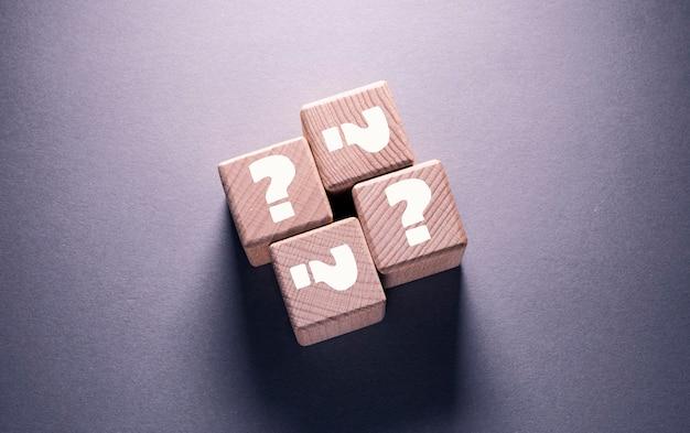 나무 큐브에 쓰여진 물음표 단어