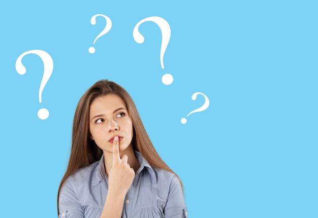 질문 여성 앞치마 매력 미인 블루