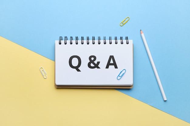Концепция вопросов и ответов со скрепками и ручкой