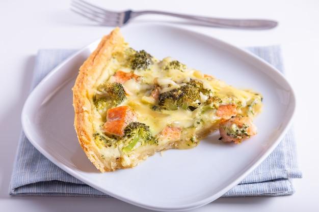 マス、ブロッコリー、チーズのキッシュ(オープンパイ)。自家製の無糖ペストリー、伝統的なパイ。閉じる。