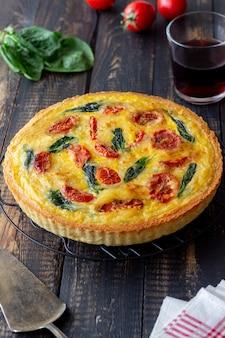 토마토, 시금치, 치즈가 들어간 파이 또는 파이. 건강한 식생활. 채식주의 자 음식. 프랑스 요리.
