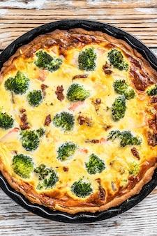Пирог с кишом с копченым лососем, брокколи и шпинатом