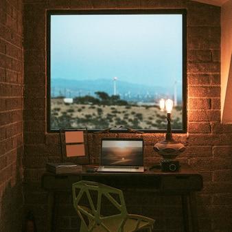 米国パームスプリングスの静かなホームオフィス